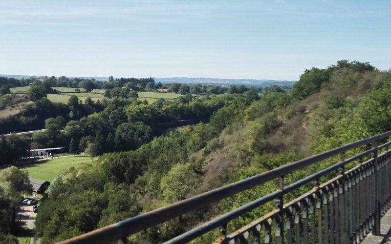 Fietsend naar Montlucon over de oude spoorbrug bij Neris les Bains